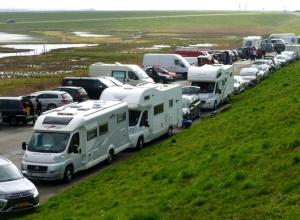 Parkeer recht! Dwars parkeren veroorzaakt ruimtegebrek