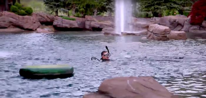 Man bouwt eigen duikstek in zijn tuin