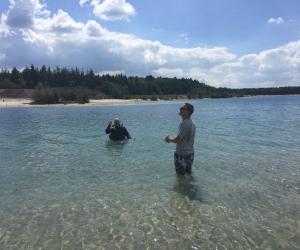 Duiker Roland Nijmeijer duikt trouwring op in Gasselterveld