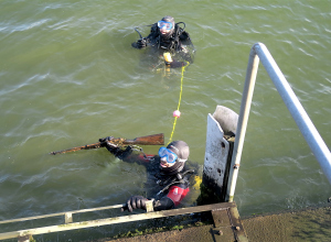 Belgische duikers vinden jachtgeweer bij opruimduik Albertkanaal