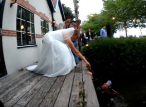 Duiken naar trouwringen tijdens huwelijksceremonie