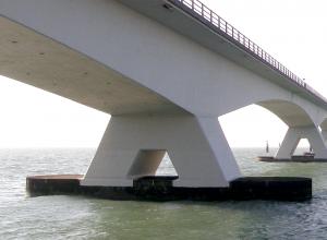 Zeelandbrug wordt geschilderd. Let op met duiken