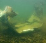 Afzinken motorkap Cessna F152 als monument in Haarlemmermeerse bos