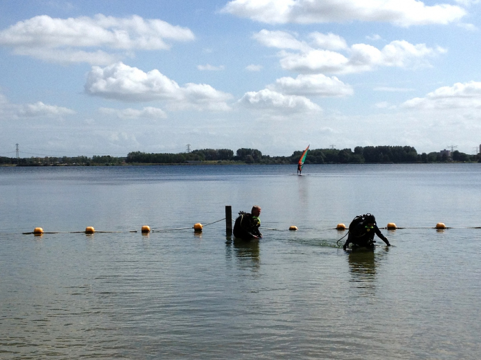 Duikboei verplicht. Risico op boetes bij duiken in Zevenhuizerplas