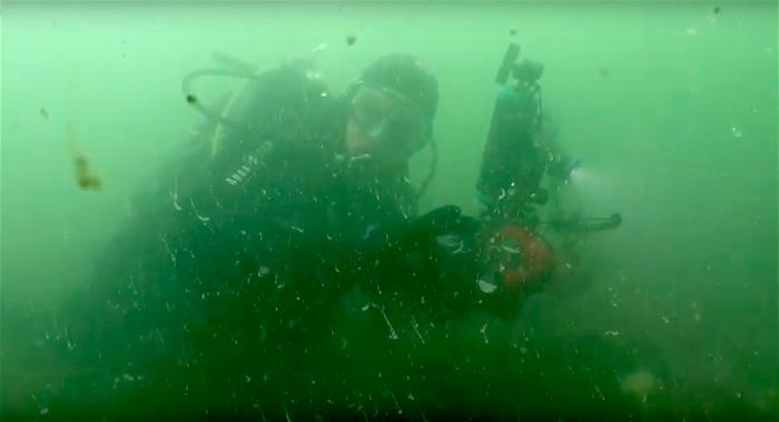Kreeftenvisser gooit zijn fuik uit over duikers bij Strijenham