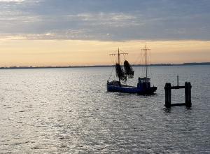 Vissersboot bij Dreischor Gemaal. Oppassen!