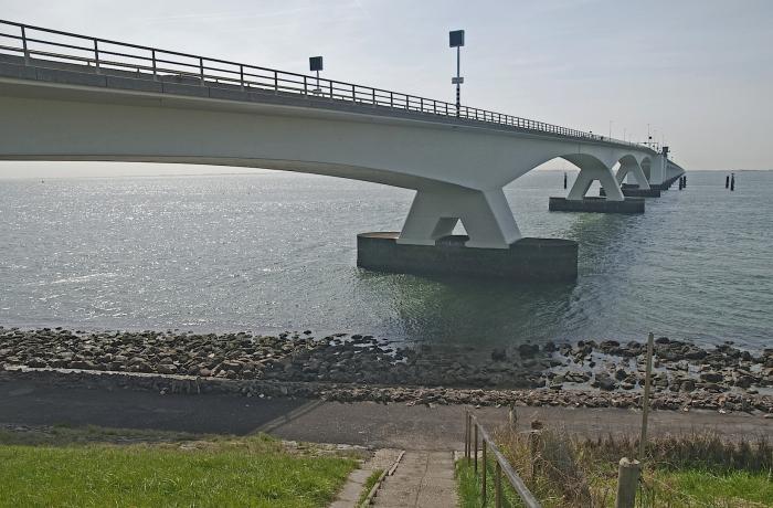 Geschilderde duikvlaggen op Zeelandbrug als waarschuwing