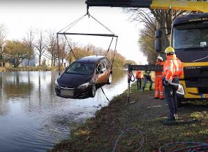 Auto rolt Zuid-Willemsvaart in bij uitpakken visspullen