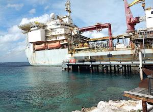 Oud schip bij Tugboat Curaçao wordt verplaatst