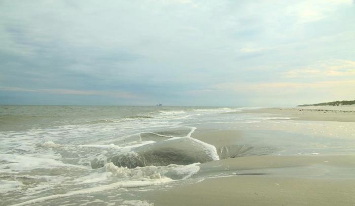 Raadselachtige kuil op strand van Ameland