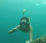 Snorkelaar ontwijkt net hard voorbijvarende boot